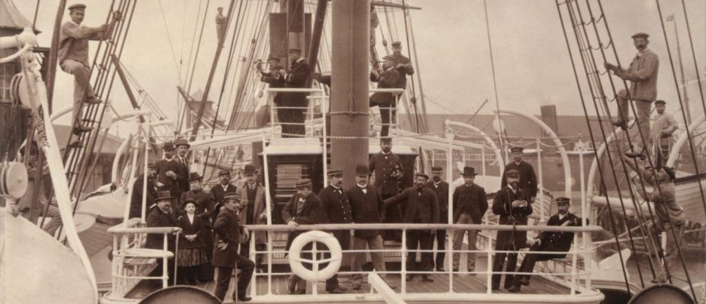 Anonyme. Equipage et passagers sur le pont du paquebot Ferdinand de Lesseps (CGT 1879-1911)